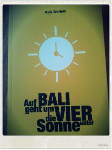 Auf Bali geht um Vier die Sonne unter Cover Maik Zehrfeld langweiledichnet Rezension
