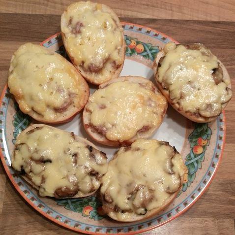 Brötchen Mett Champignons überbacken Teller Geburtstag