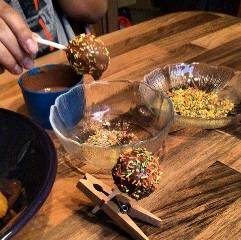 Cake Pops Streusel Vollmilchschokolade Kuvertüre Rezept