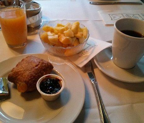 Dorint Winterberg Sauerland Frühstück Obstsalat Saft Kaffee