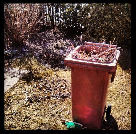 Garten Frühling Gartenarbeit braune Tonne Kleinenbroich