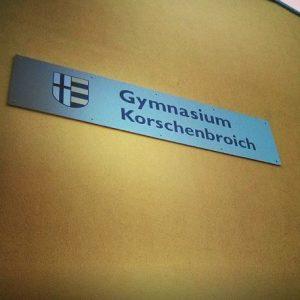 Gymnasium Korschenbroich Logo Schild