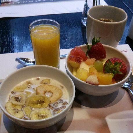 Mövenpick Hotel an der Frankfurt Messe Frühstücjk Müsli Obstsalat