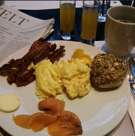 Mövenpick Hotel an der Frankfurt Messe Frühstück Lacks Brötchen Rührei
