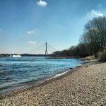 Rhein Düsseldorf Fleher Brücke Strand Neuss Frühling