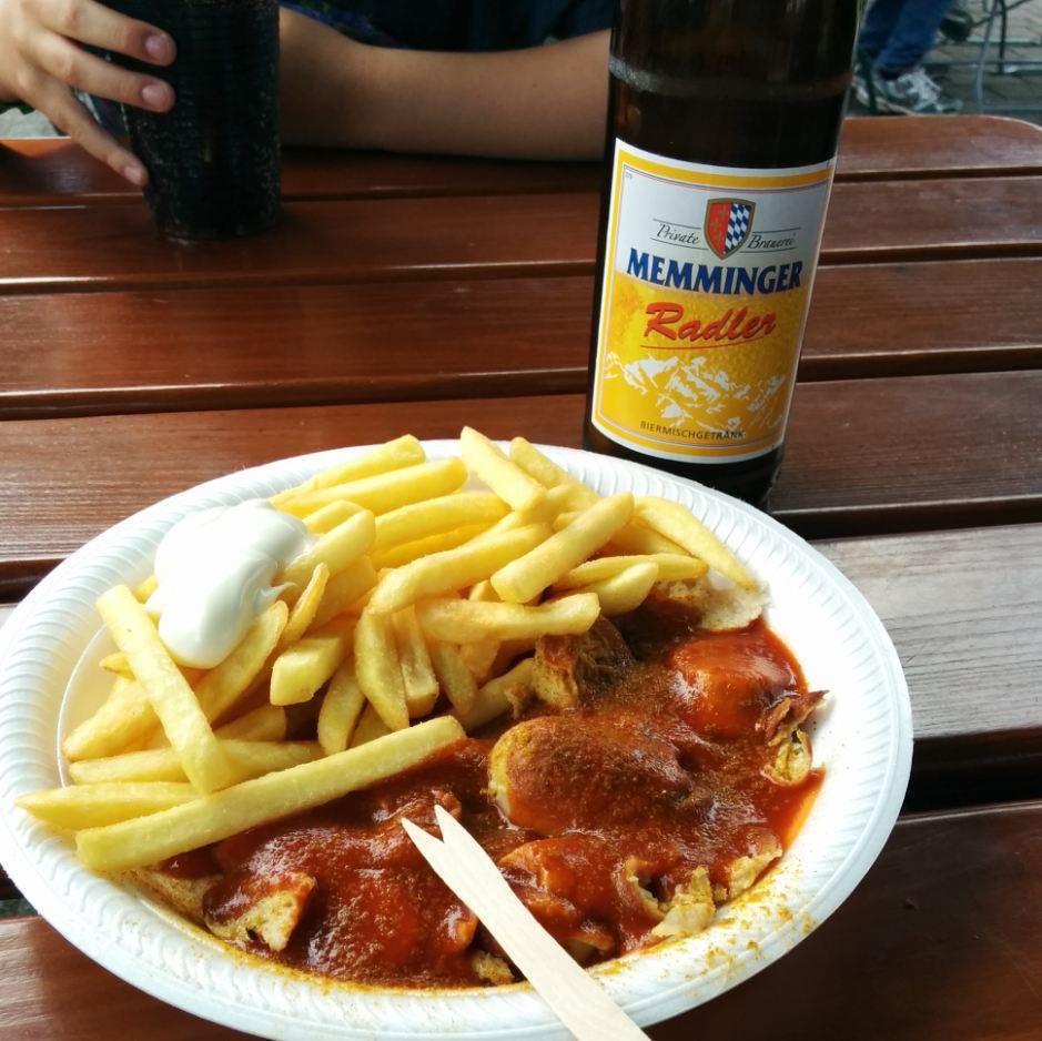 Tripsdrill Erlebnispark Mittagessen Imbiss Radler Bier Pommes Currywurst Heilbronner Land WanderSüden